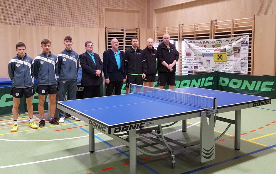 Die Begrüßung der Teams. Innsbruck mit Widauer, Pürstinger und Dillon. Schiedsrichter: Alois Fuchs und Joachim Prantl.