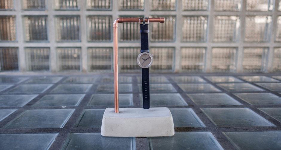 Beton Uhrenhalter im Bauhausstil