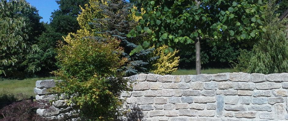 Freistehende Garten-Mauern geben dem Garten eine Struktur