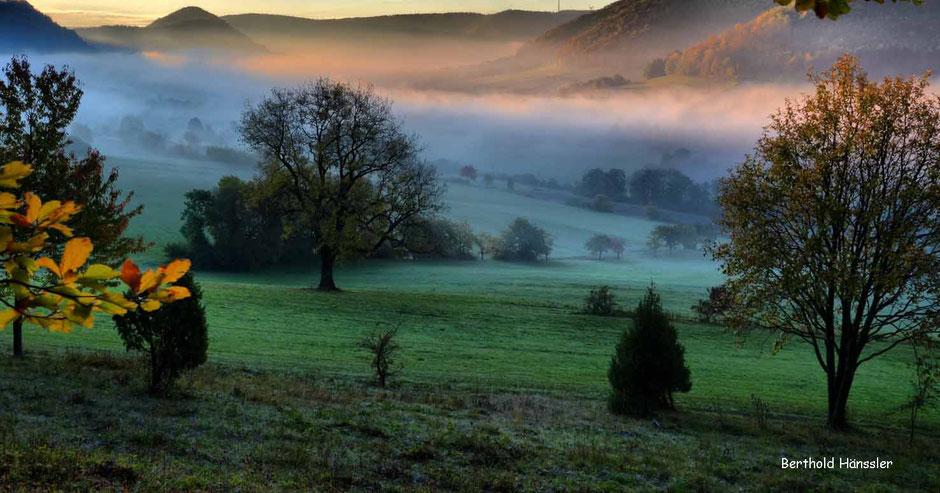 Wenn man im Herbst morgens über den Gairensattel kommet, liegt des öfteren noch Nebel im Oberen Filstal bei Reichenbach im Täle
