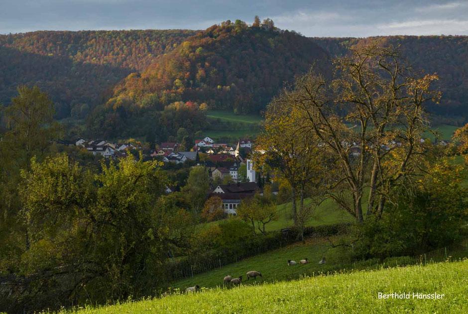 Beschaulich eingebettet ins Obere Filstal liegt Bad Ditzenbach, mit dem markanten Bergkegel, auf dem die Hiltenburg thront.