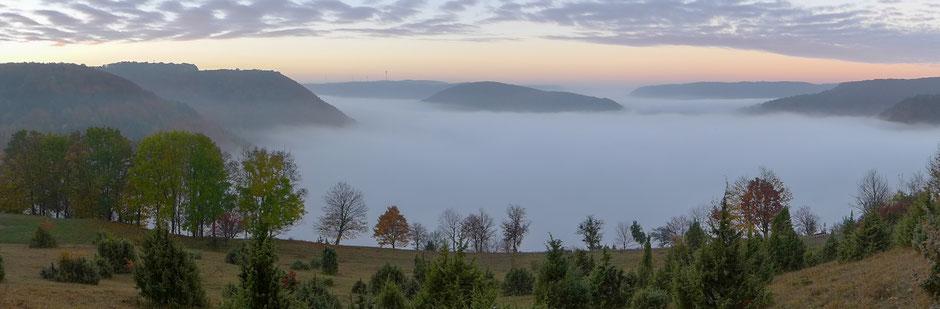 Über die Wacholderheide schweift der Blick auf das Nebelmeer, unter dem das Obere Filstal und Unterböhringen noch verborgen liegen.