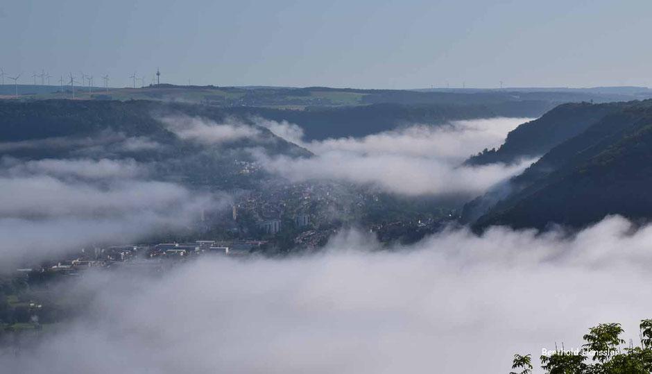 Lagsam lichtet sich der Nebel im Oberen Filstal und gibt den Blick frei auf die markante Taleinschnitte der Fünftälerstadt Geislingen