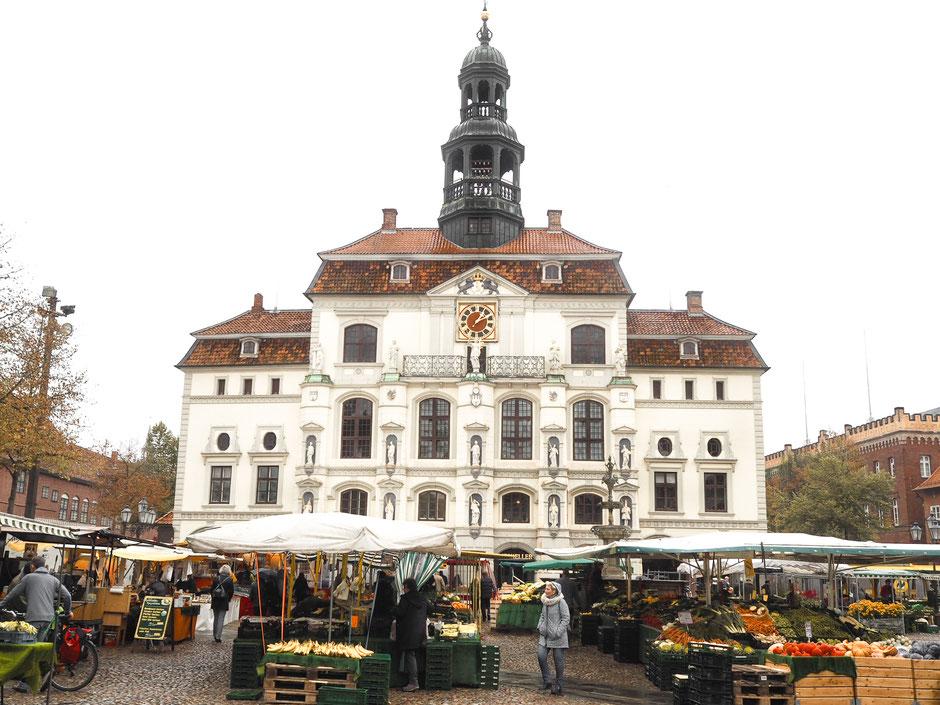 Regionale Köstlichkeiten auf dem Wochenmarkt vor dem Lüneburger Rathaus