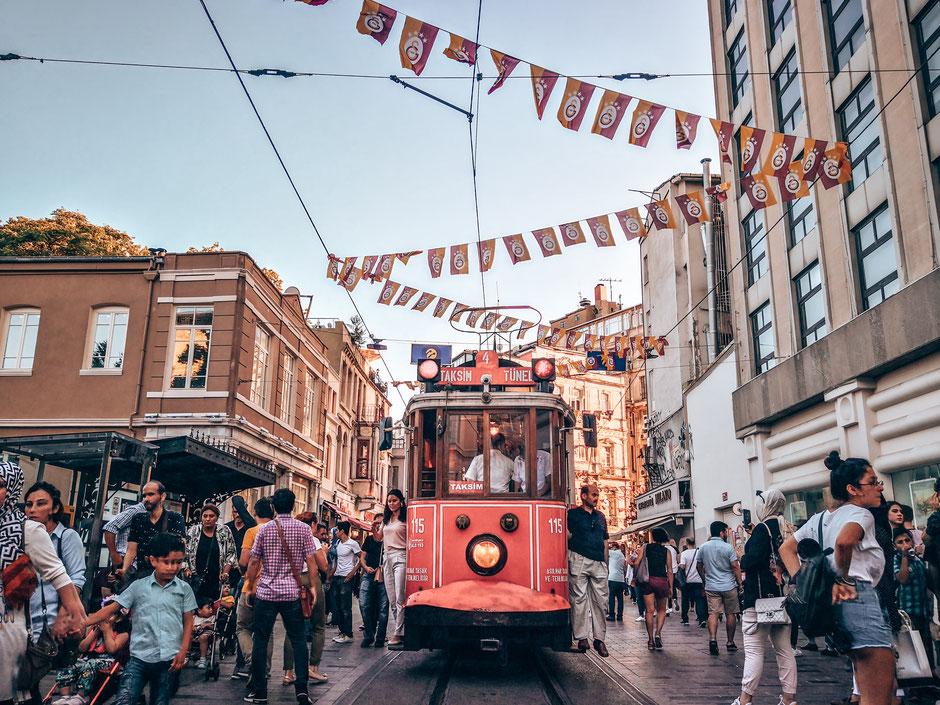 Beliebtes Fotomotiv - die rote Straßenbahn vom Tünel bis zum Taksim-Platz