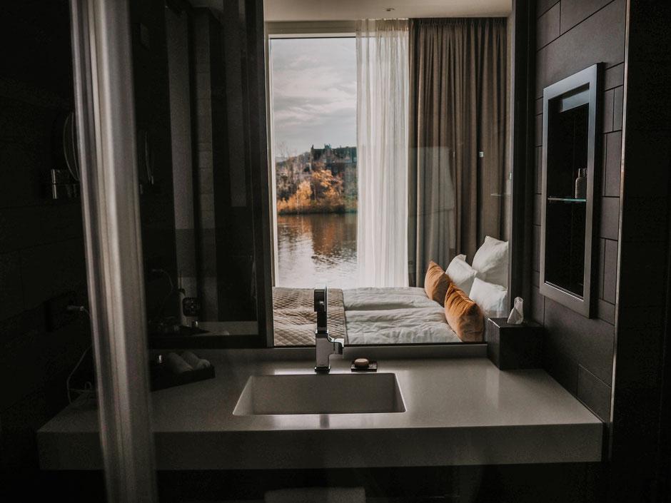 Highlight: aus dem halbverglasten Badezimmer  in die Natur blicken