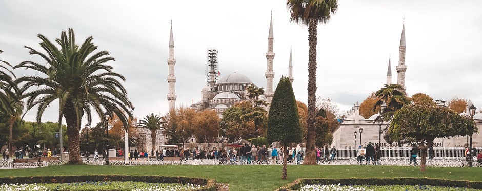 Grüne Parkanlagen zwischen Hagia Sofia und Blauer Moschee laden zum Fotografieren und Verweilen ein