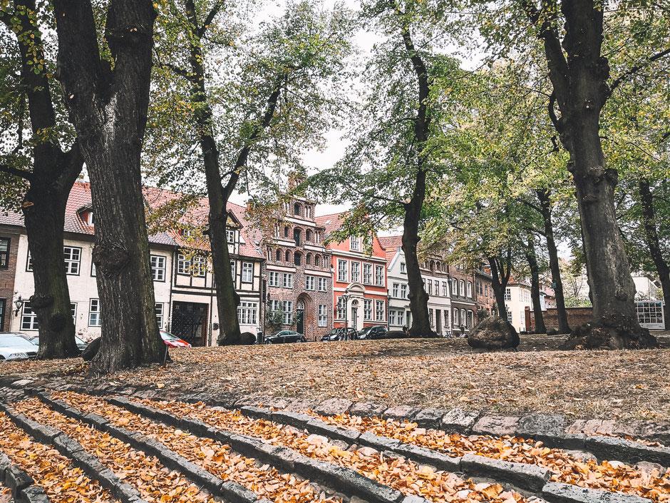 Herbststimmung auf dem Vorplatz der Michaelis Kirche