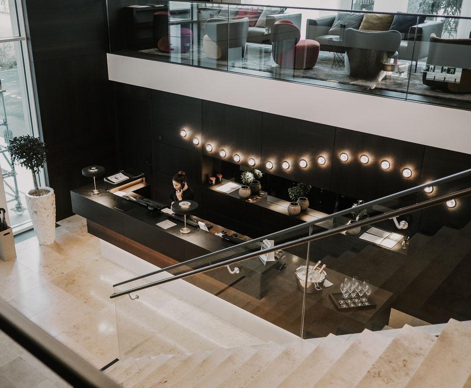 Maritimes Lichtkonzept auch im Eingangsbereich des Hotels