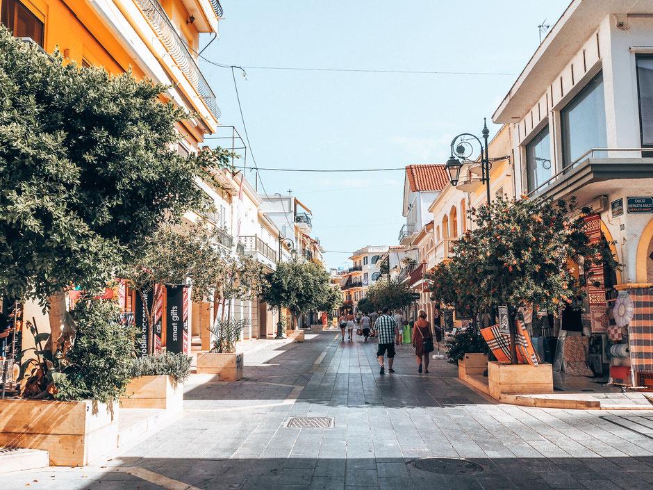 Bummeln auf der einzigen Ladenstraße der Insel (Alexander Roma Straße)