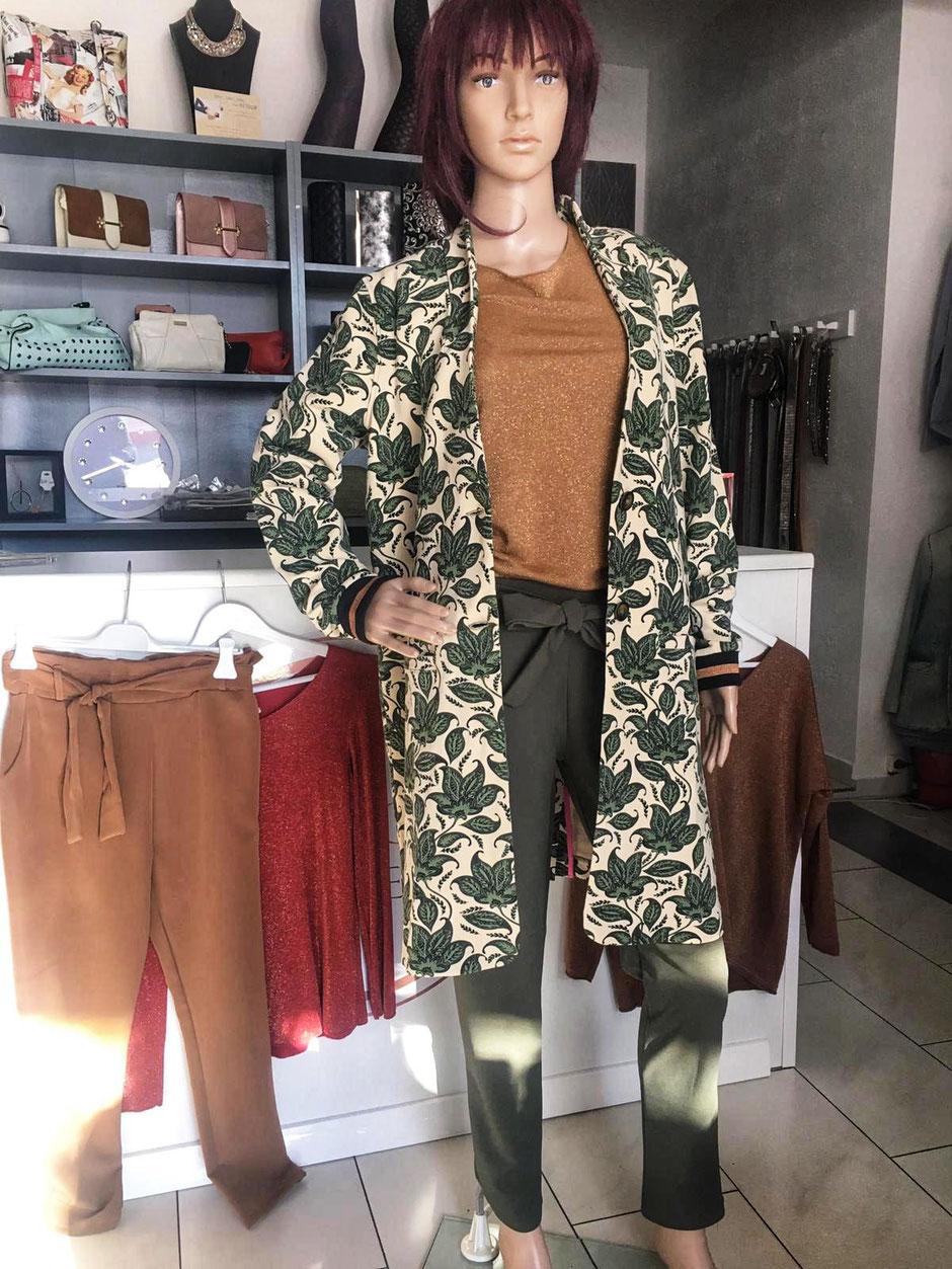 Hose grün oder beige 49.90€ - Leichter Pullover in gold, rot oder braun mit Lurexfaden 25.00€ - Mantel mit Print 79.90€