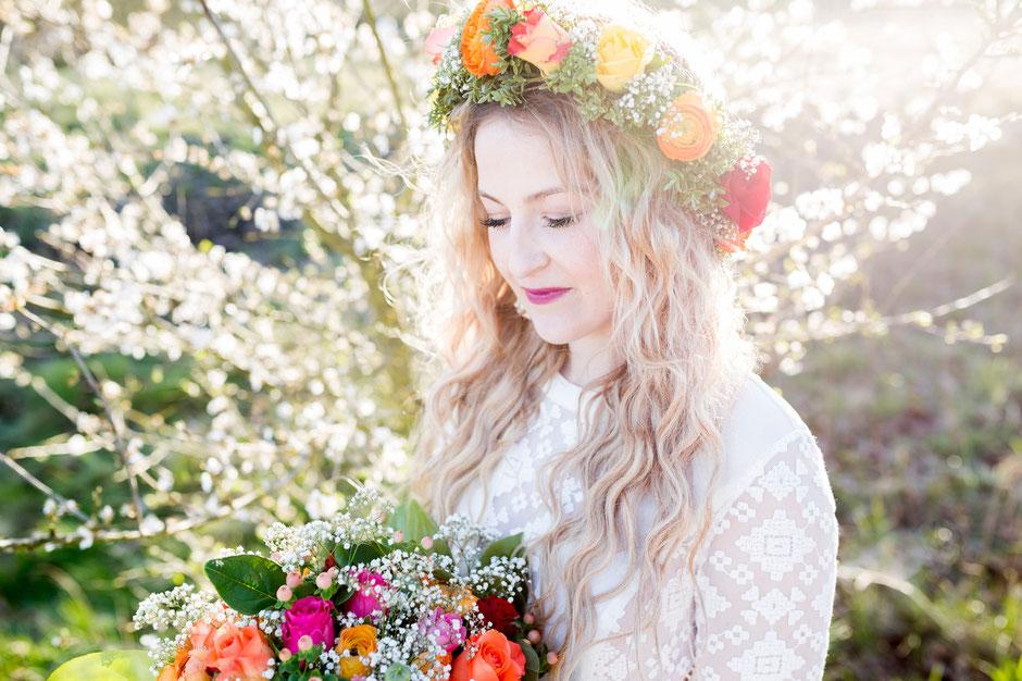 Hippie Wedding Hochzeit SamtweissundBling Blumenkranz Haarkranz Rosen Schleierkraut Rapunzeln Brautstrauß