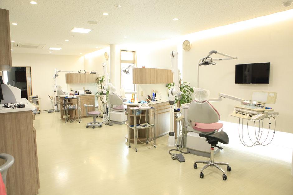 個室ではない診療室:患者さんの様子がすぐ確認できるために空間フリーにしてあります。