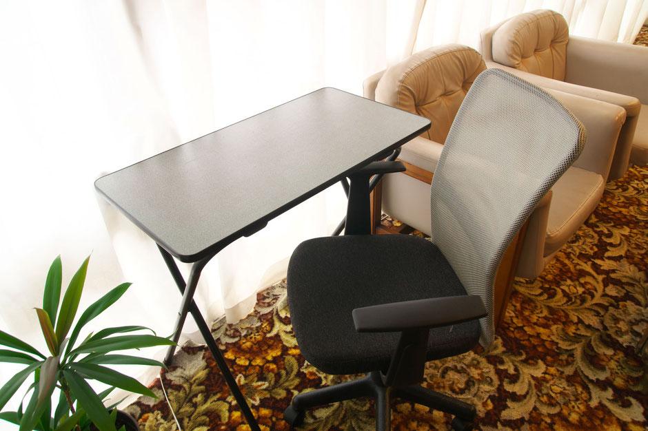 オフィスチェアと折り畳みデスクは貸出用です。