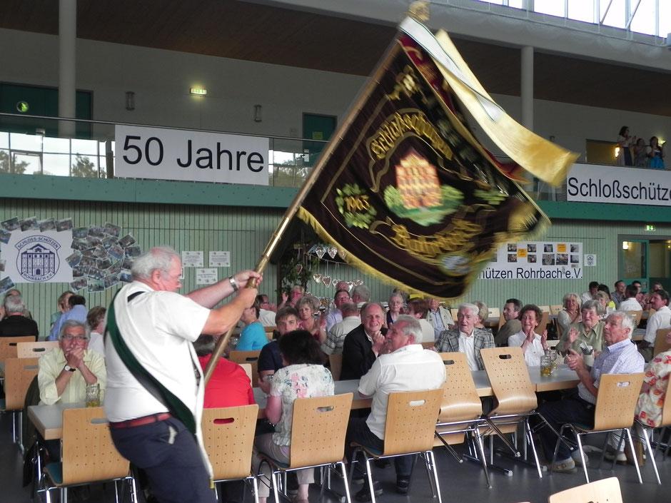 Der Hans , unser altgedienter Fahnenträger im Jahr 2013 zum 50-jährigen Jubiläum in der Turmberghalle Rohrbach