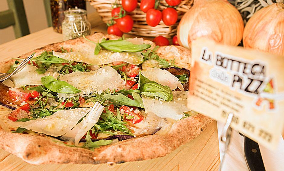 La Meilleure pizza aux aux Aubergines et roquette, à la Bottega della pizza, à proximité du Shape de Maisière. Casteau, Soignies dans la région du Hainaut en Belgique