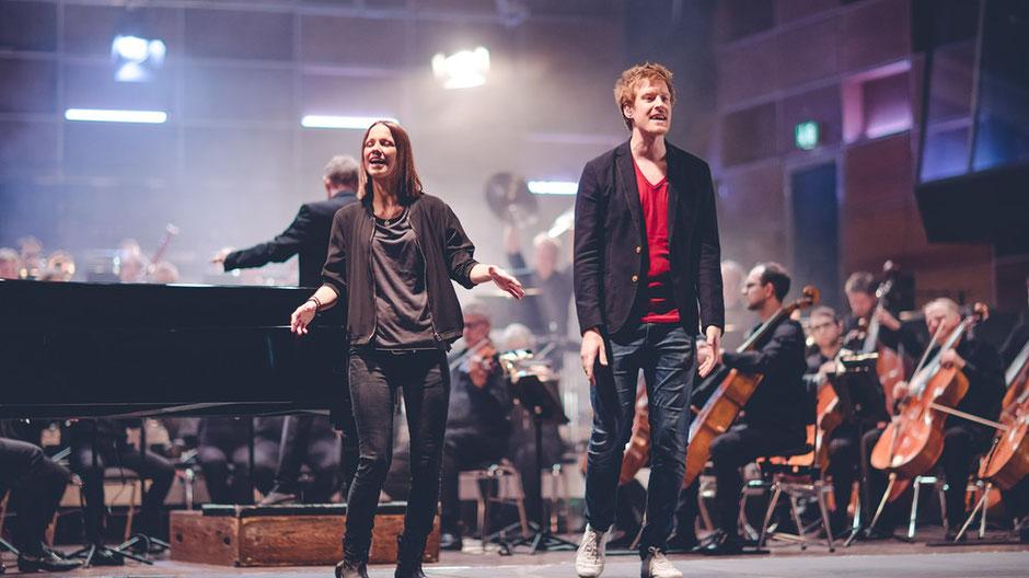Christina Stürmer und Sebastian Winkler (Bayern3) mit dem Münchner Rundfunkorchester. (c) BR / Fabian Stoffers