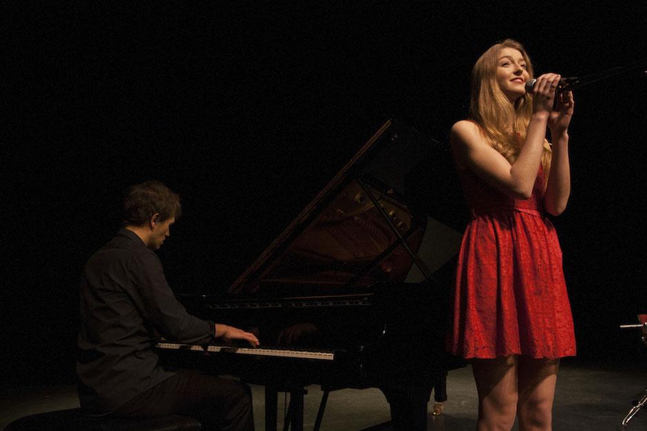 Chanteuse et pianiste pour votre cérémonie laïque à Paris, en Bretagne et en Normandie