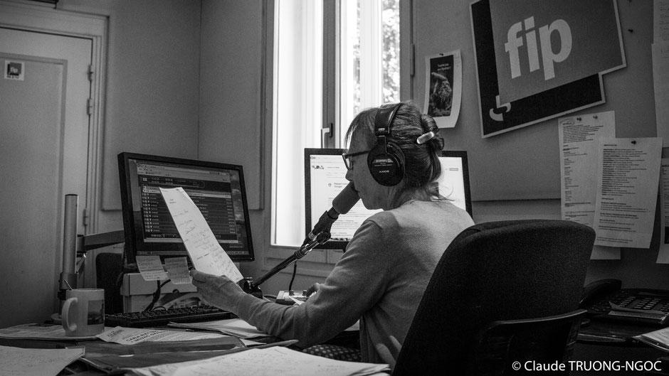 animatrice radio fip au micro casque sur les oreilles studio strasbourg du son pour changer