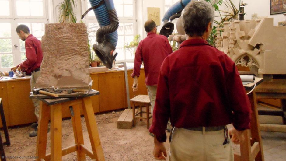 sculpteurs et sculptures dans l'atelier de l'oeuvre notre-dame à strasbourg du son pour changer