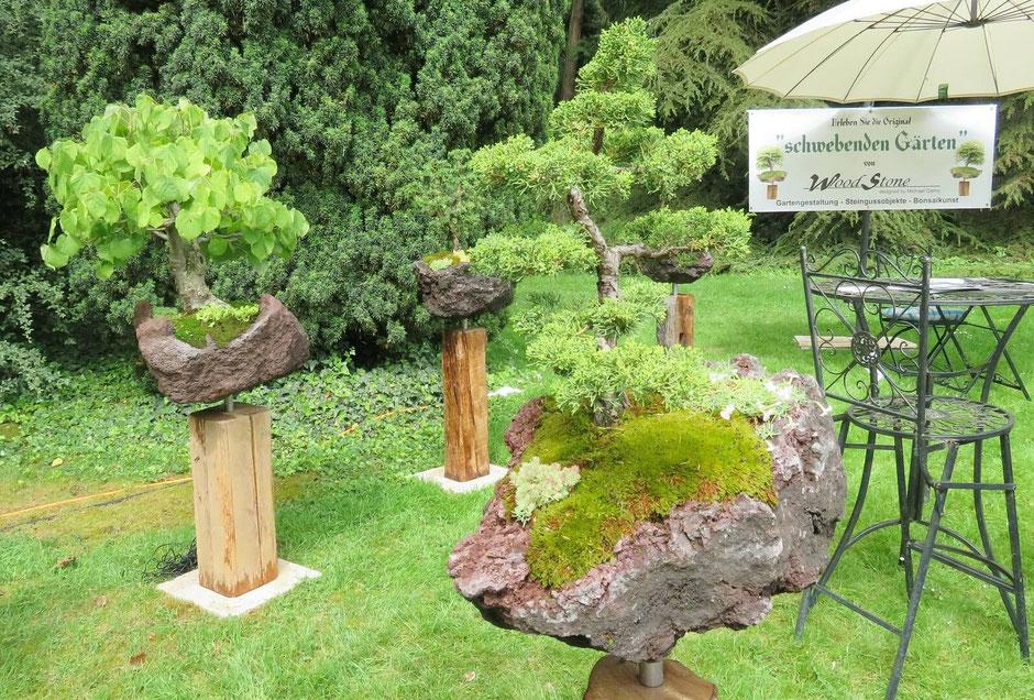 Ästhetik und Gartenkunst verbinden sich bei diesen Schwebenden Gärten. Bonsai-Bäume auf Lavastein bilden zusammen mit passender Unterpflanzung einen kleinen Kosmos für sich - von woodstone-design.de.