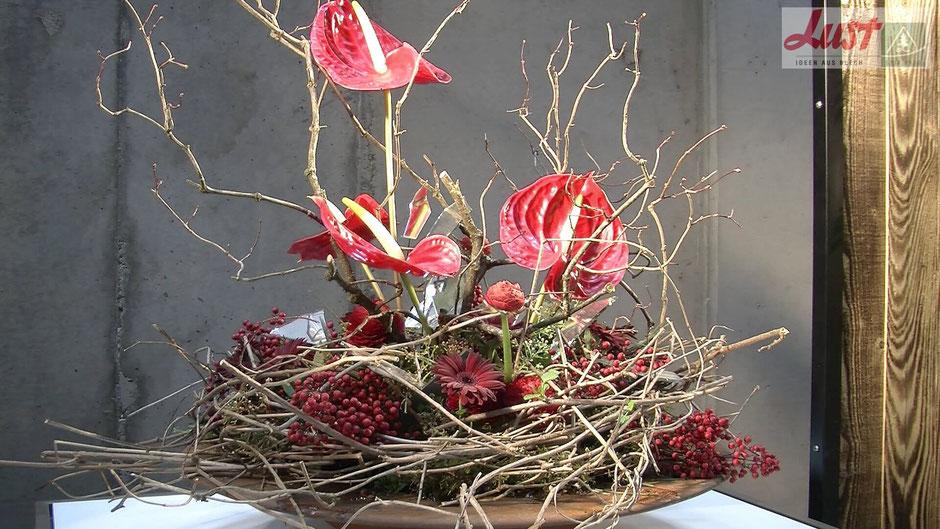 Die Landesgartenschau Lahr präsentiert in der Blumenhalle fantastische Gestecke. Hier rote Anthurien mit Gerbera und Beeren.