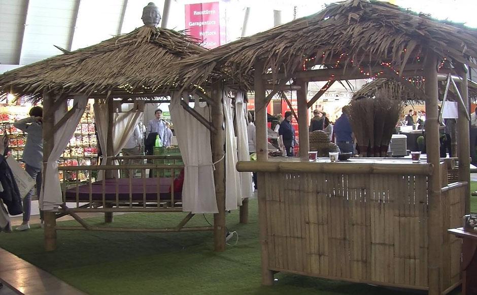 Asiatisches Flair bietet dieser Pavillon aus Bamubus, gedeckt mit Palmblättern.