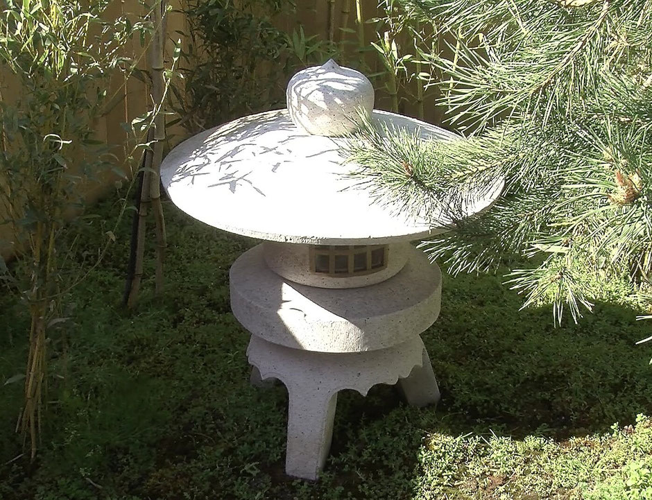 Japanische Gärten haben traditionell nur wenige Dekorationselemente, wie zum Beispiel Buddha-Statuen oder Wasserspiele. Auch Steinlaternen fügen sich harmonisch in die Anlage ein.