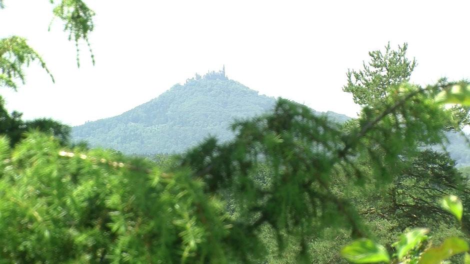 Gegenüber der Beurener Heide befindet sich die Burg Hohenzollern. Sie ist Stammsitz des preußischen Königshauses und der Fürsten von Hohenzollern.