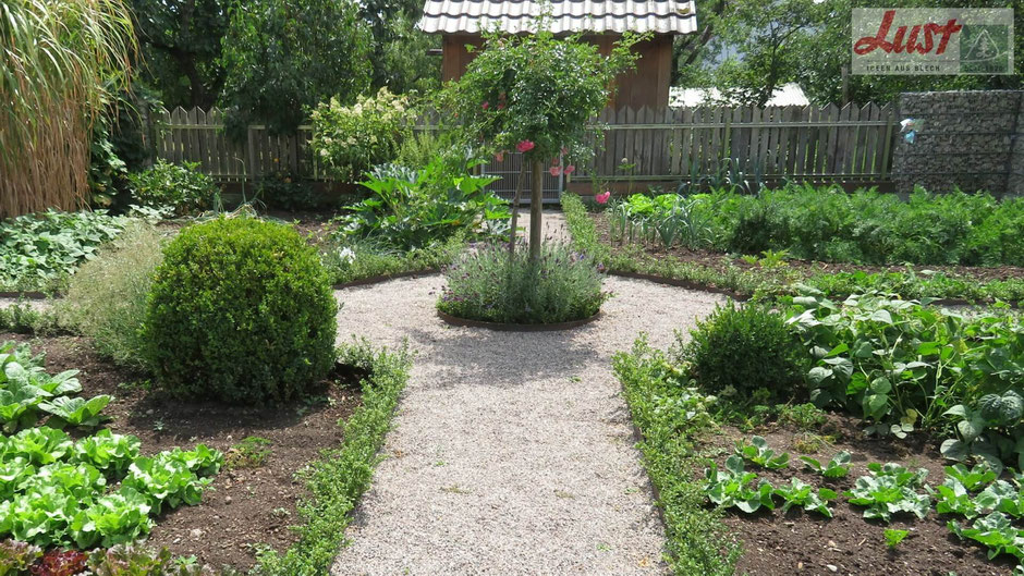 Bei einem Rundgang im Rosendorf Nöggenschwiel finden Sie auch diesen klassisch angelegten Bauergarten mit Rondell und Gemüsebeeten.