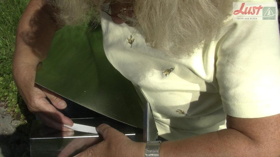 Damit kein Spalt entsteht durch den Schnecken ins Beet schlüpften könnten, kleben Sie an den Schneckenzaun-Ecken doppelseitiges Klebeband auf.
