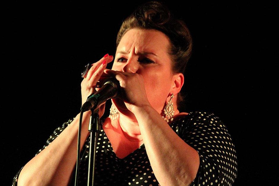 Loretta à l'harmonica.