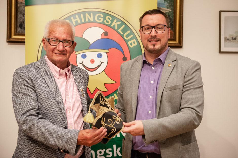 Narrenkappen-Übergabe: Ehrenpräsident Werner Robinig (links) mit seinem Nachfolger Peter Kowal