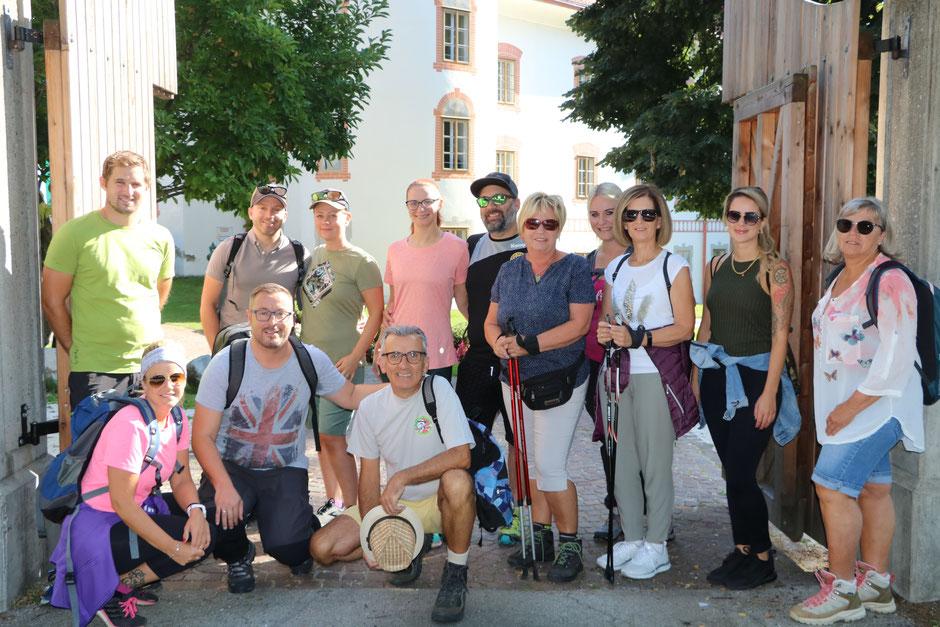 Abmarsch auf dem Amthof-Parkplatz: Präsident Peter Kowal (vorne, Zweiter von links) mit der Wandergruppe des Feldkirchner Faschingsklubs