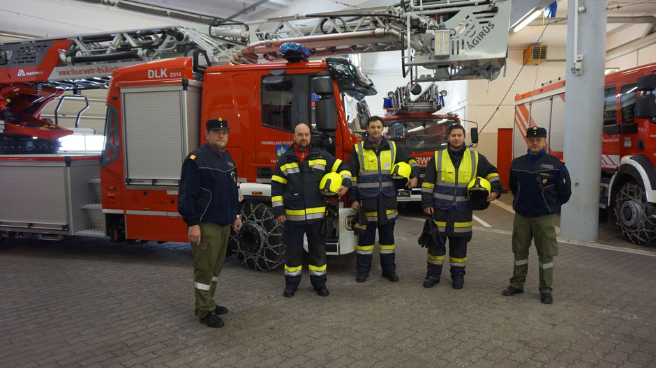 Übergabe: Kommandant Fritz Nusser, Bernhard Elsbacher, Martin Weissmann, Michael Novak und Kommandant-Stellvertreter Rudolf Rasch (von links)