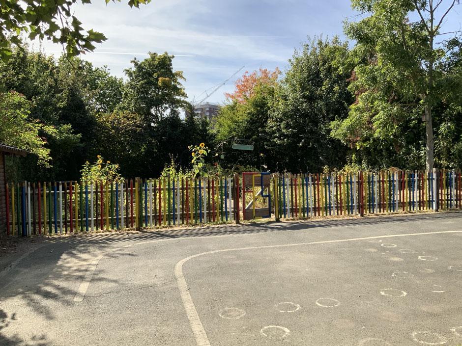 Blick auf den Schulgarten vom oberen Schulhof aus.