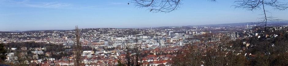 Blick vom Santiago de Chile Platz auf Stuttgart Zentrum und die Karlshöhe