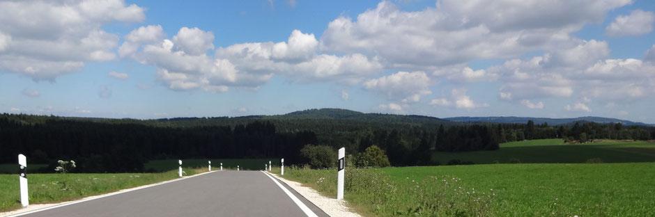 Perfekte Straße für uns Rennradler vor einer schönen hügeligen Landschaft auf der Schwäbischen Alb