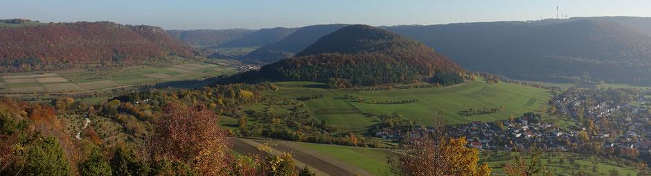 Blick zum Weigoldsberg (Mitte) im Vordergrund, linke Bildhälfte, der Hexensattel, rechts Reichenbach im Täle