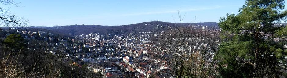 Blick von der Schiller-Eiche auf Stuttgart Süd und den Hasenberg, am Horizont Birkenkopf (Monte Scherbelino) und Uni Vaihingen