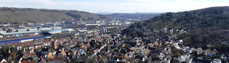 """Blick vom Schützenhäusle (Wangener Höhe) auf Hedelfingen, den Esslinger Zollberg, Sulzgries, und am Horizont die """"Blaue Mauer"""" der Schwäbische Alb"""