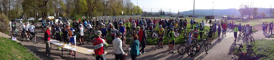 200 Radler beim Start der Kirschblütentour 2018