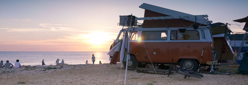 VW Bulli am Strand im Sonnenuntergang