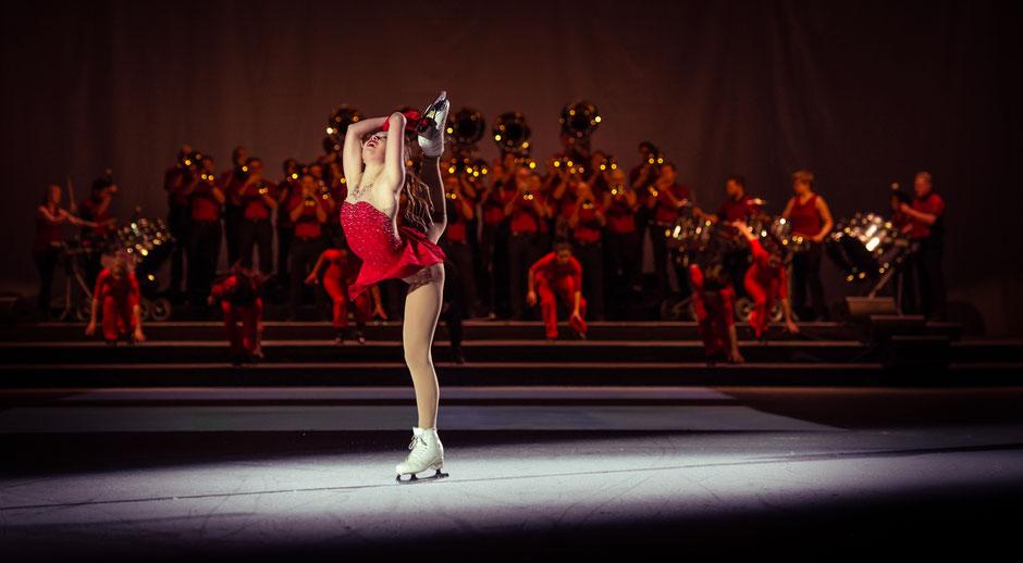 Swiss Powerbrass (NW), Tänzer*innen der Academy of Performing Arts mit Eiskunstläuferin Audrey Aebi (BE), Pilotprojekt 2018 @BOSSARD Arena Zug