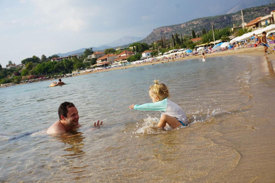 Baden in Stoupa. Der Hausstrand ist besonders für Kleinkinder ideal. Sandstrand, flach abfallend, warm.