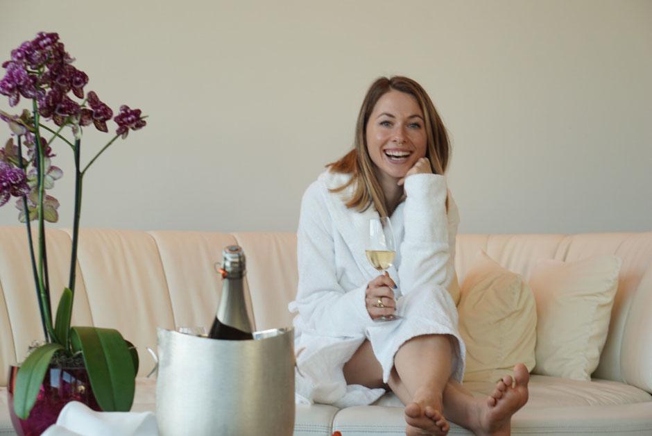 Happy-Me: Sich so im Bademantel mit Champagner auf die Couch zu fläzen, hat schon was für sich.