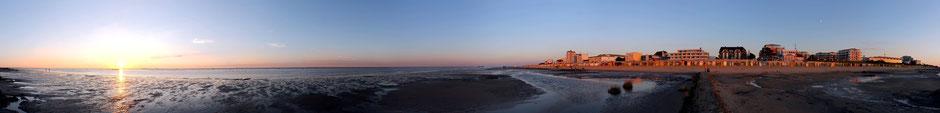 Blick aus dem Wattenmeer aus Ferienwohnungen Cuxhaven - Duhnen mit der Residenz Meeresbrandung und dem Strandpalais Duhnen