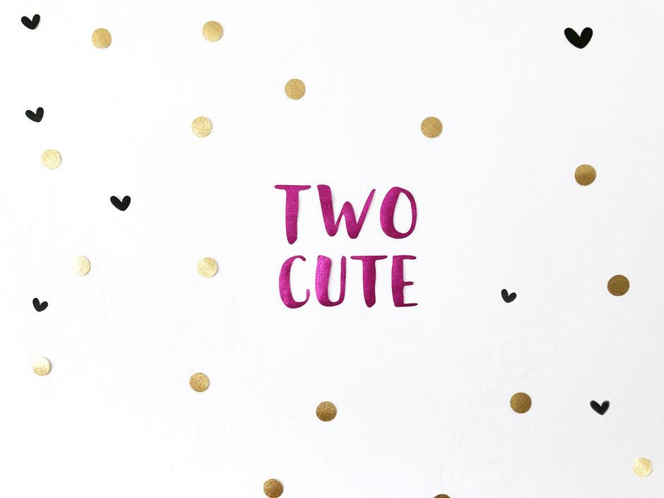Wanddeko: Two Cute in Glitzer-Pink mit schwarzen Glitzer-Herzchen und goldenem Glitzer-Konfetti