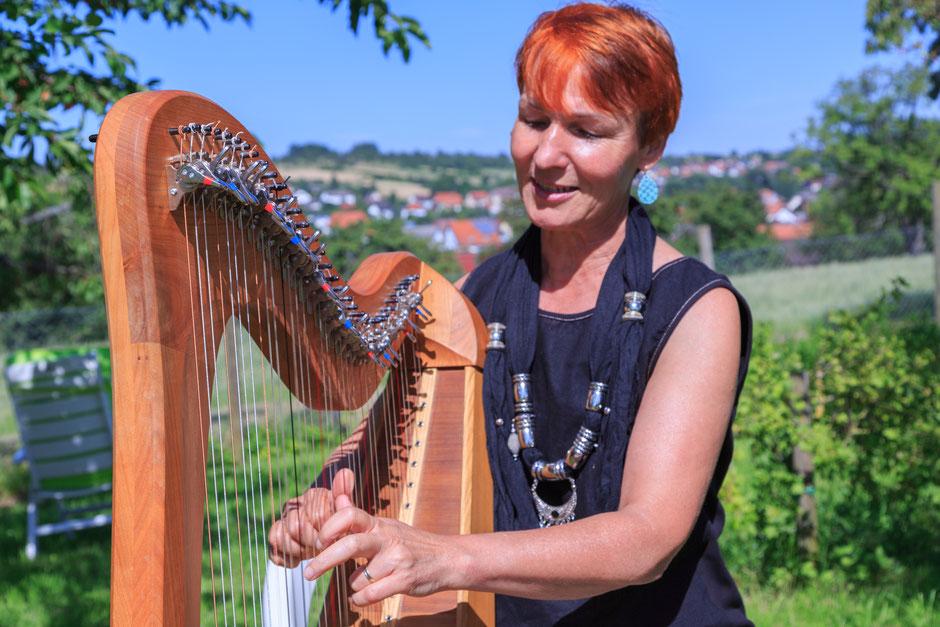 Angela Grether spielt Harfe