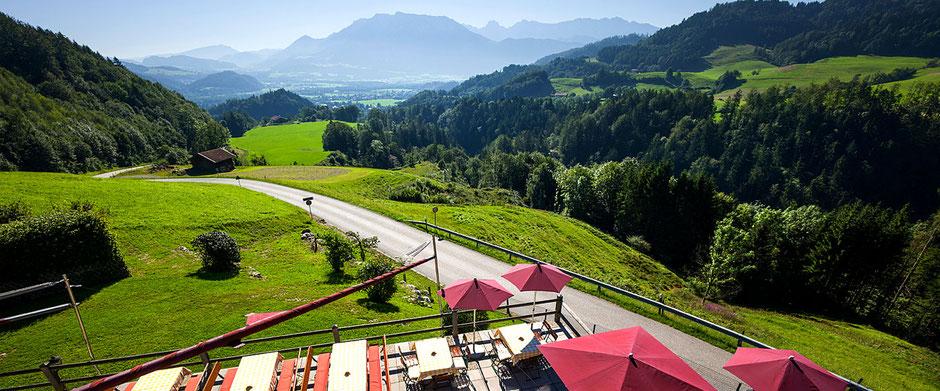 Terrasse mit Blick ins Tal nach Oberaudorf vom Berggasthof Hummelei